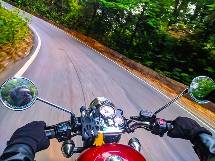 Moto girando en una curva