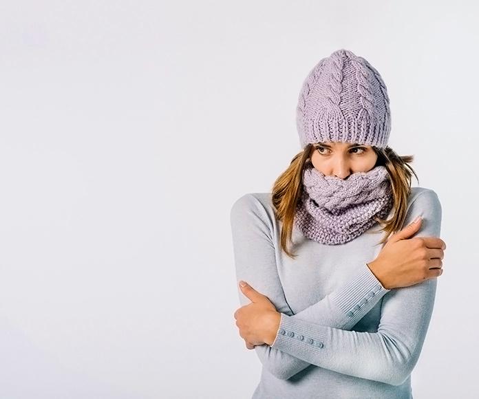 mujer abrigada pasando frío