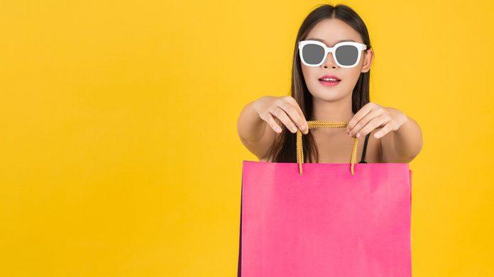 chica joven sujetando una bolsa de compra