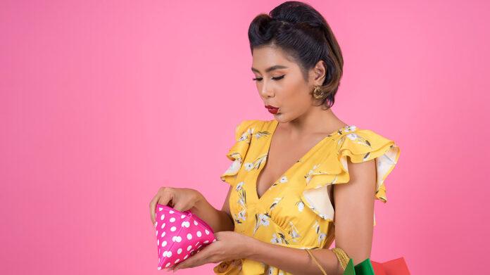 mujer buscando dinero en su cartera