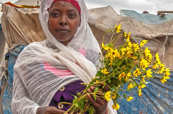 Mujer con margaritas amarillas