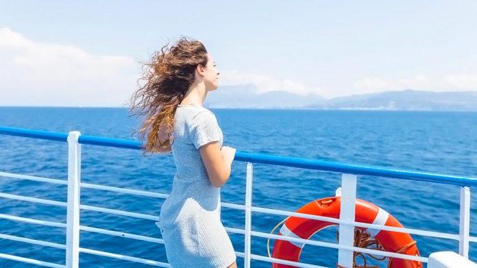 mujer en la cubierta de un crucero