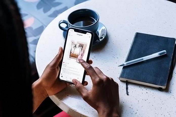 mujer viendo Instagram en su teléfono móvil