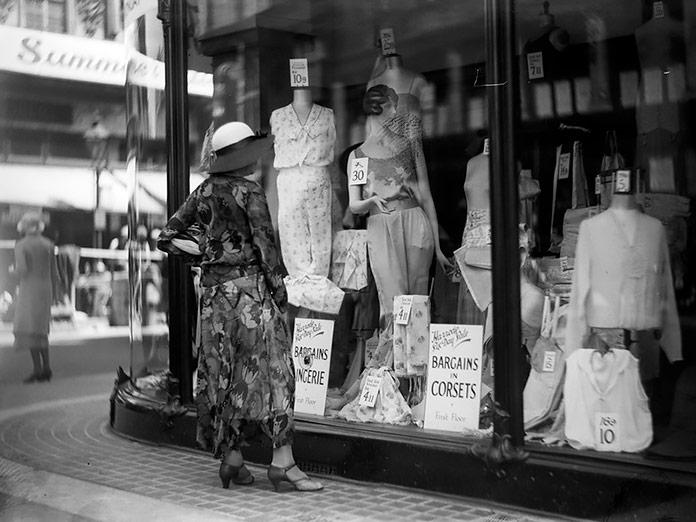 Mujer mirando el escaparate de un almacén