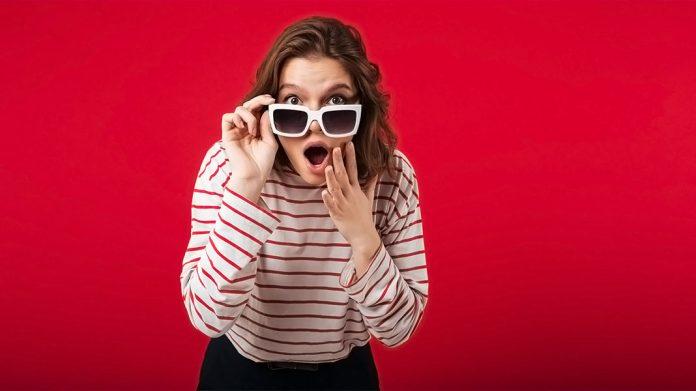 chica con gafas de sol sorprendida