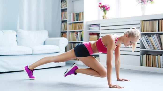 mujer haciendo gimnasia en casa
