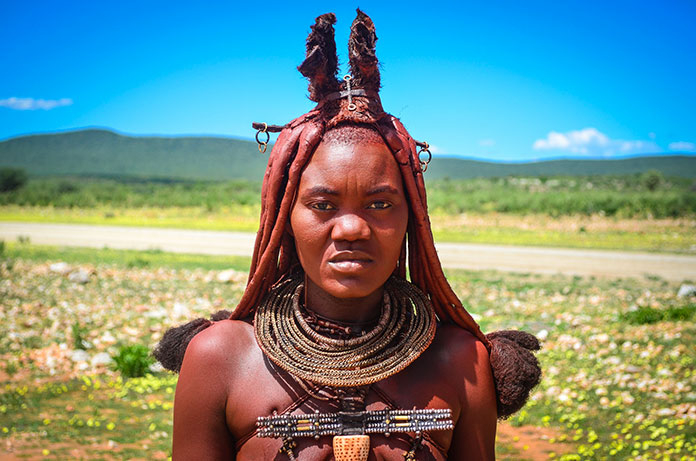 Mujer himba ataviada con adornos típicos