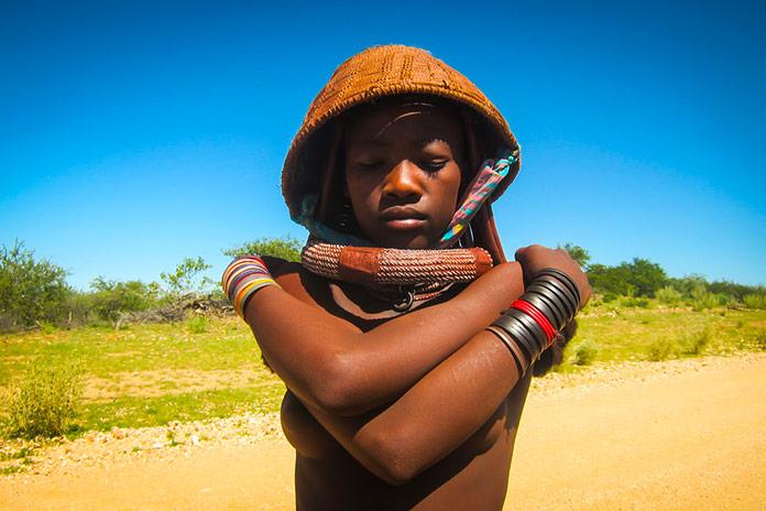 Joven himba de una tribu de Angola posando para la cámara