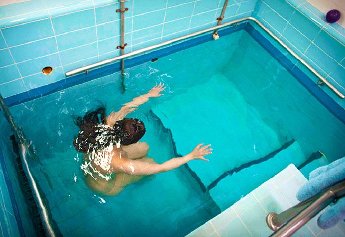 Mujer judía inmersa en la Mikve