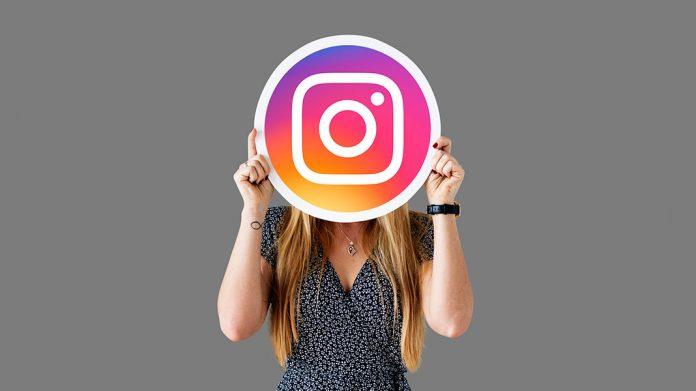 mujer mostrando el logo de Instagram