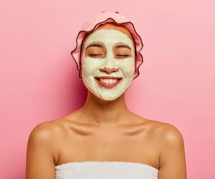 mujer sonriente recibiendo un tratamiento de Spa