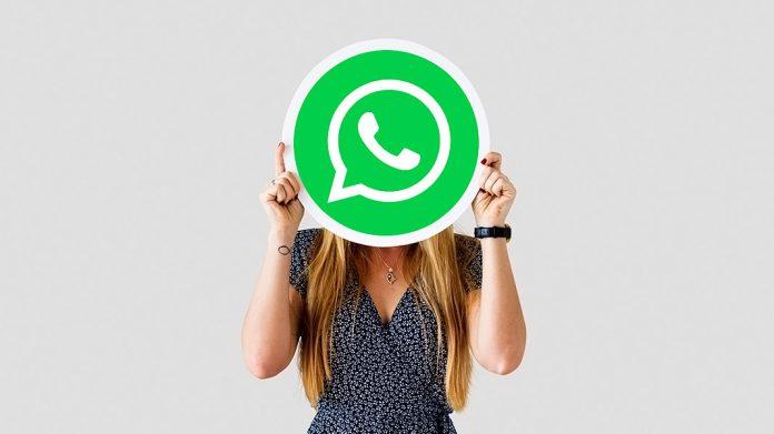 chica escondida tras el logo de WhatsApp
