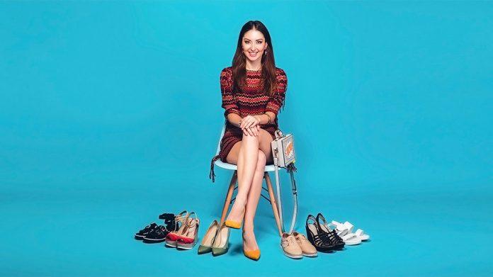 mujer probándose varios pares de zapatos