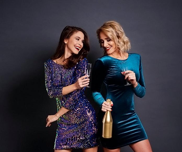 mujeres vestidas de fiesta en una discoteca