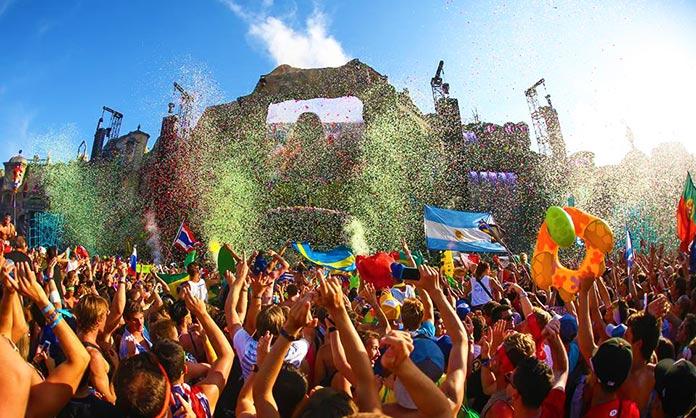 Multitud de personas celebrando en un evento