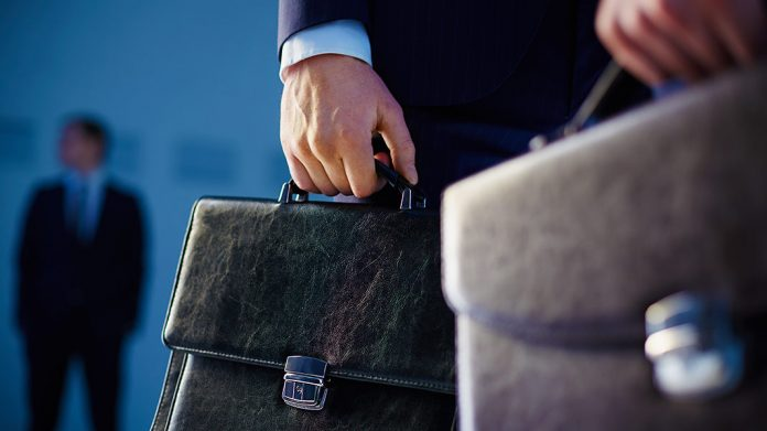 ejecutivo portando maletines