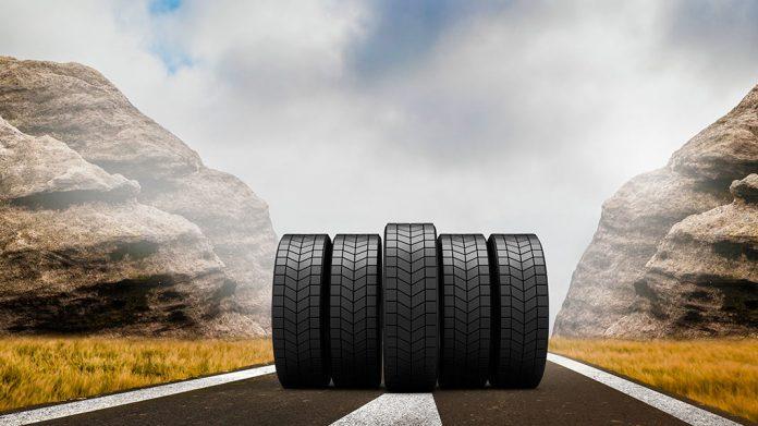neumáticos rodando por una carretera rodeada de rocas