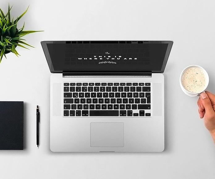 ordenador portátil sobre un escritorio