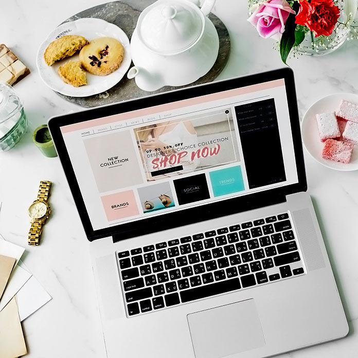 ordenador sobre escritorio visualizando una tienda online