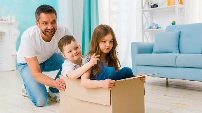 padre jugando con sus hijos