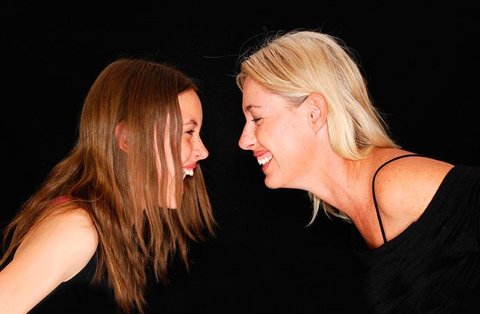 Madre e hija con gestos de complicidad
