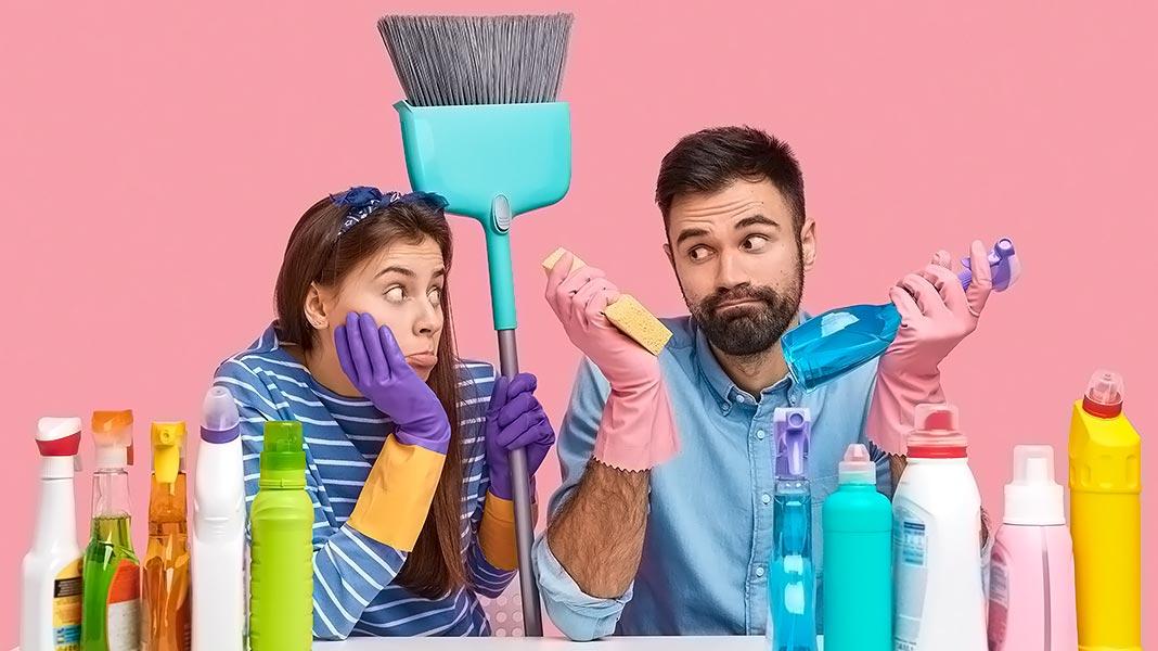 pareja rodeado de productos de limpieza