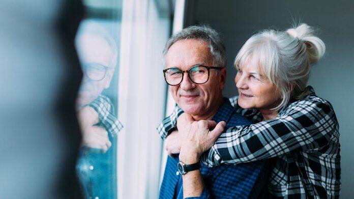 pareja de personas mayores abrazándose