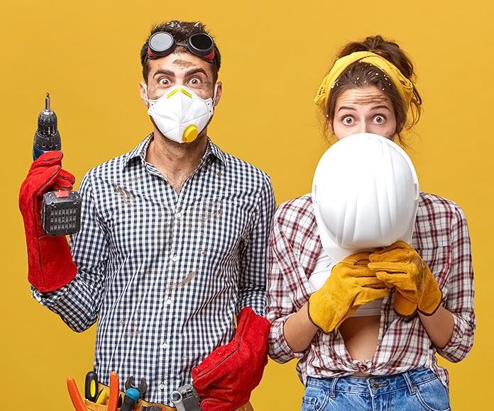 pareja equipada con herramientas para reformar una casa