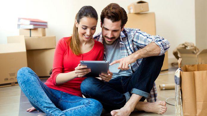 pareja buscando vivienda por internet