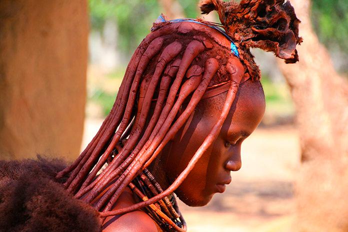 Mujer himba con el peinado tradicional de la tribu