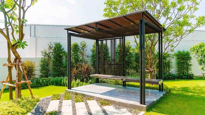 pérgola bioclimática instalada en un jardín