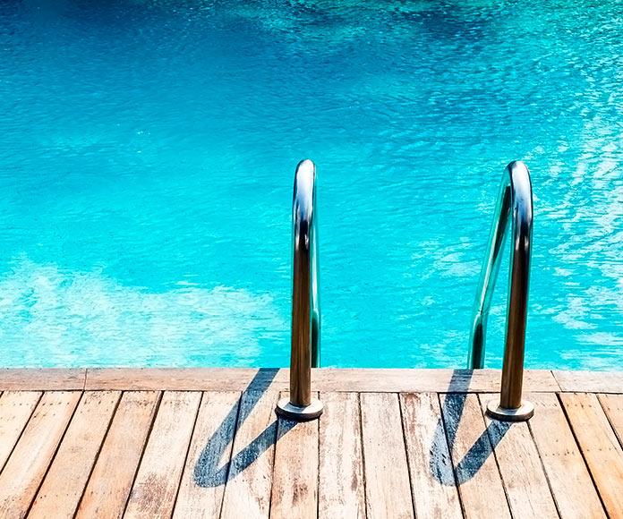 piscina con escalerilla metálica