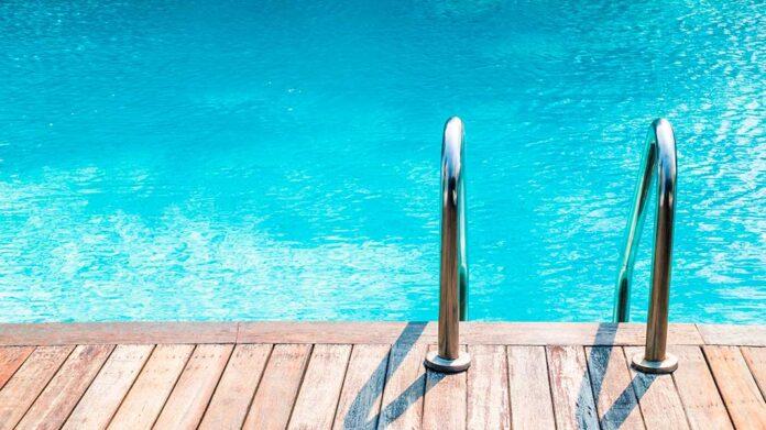 piscina con escalera