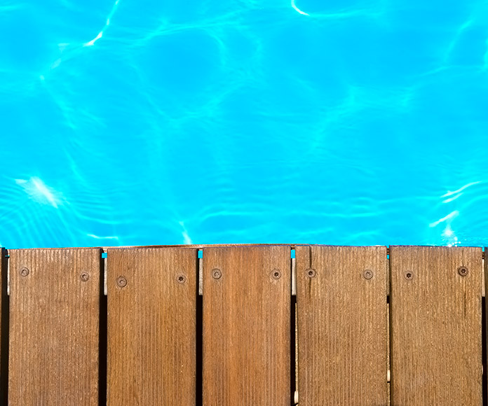 piscina bordeado de tablones de madera