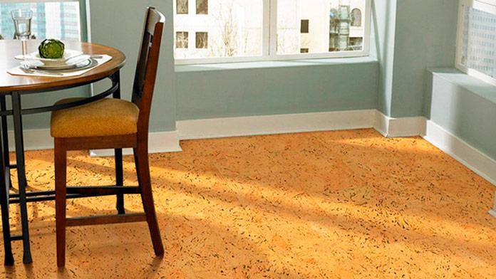 Salón de una vivienda con el piso de corcho