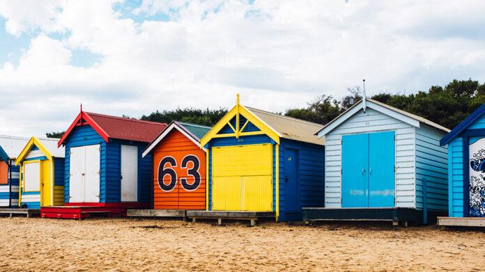 casetas de colores en una playa de Australia