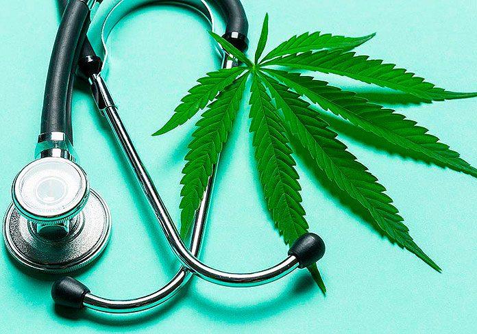 Hoja de marihuana junto a un estetoscopio