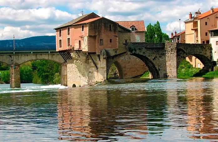 Puente medieval con el molino sobre el río Tarn, Millau, Aveyron.