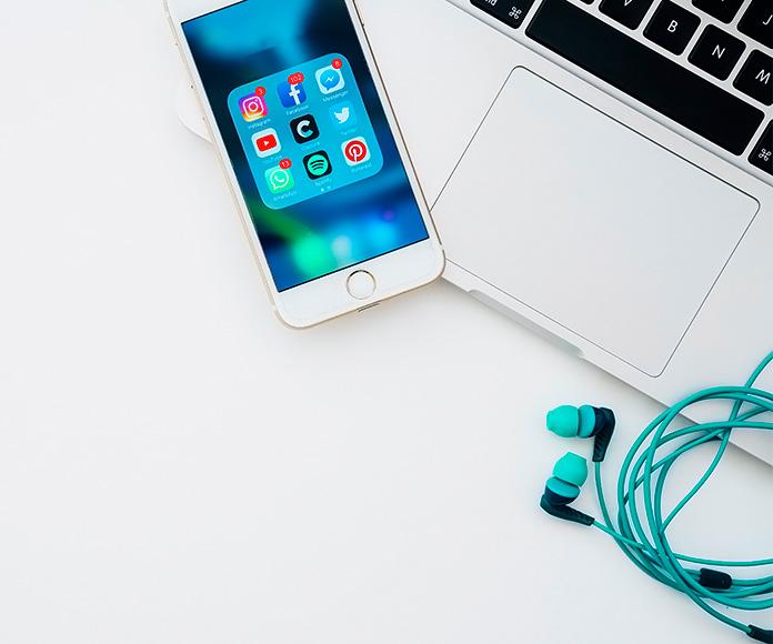 ordenador portátil teléfono móvil y auriculares