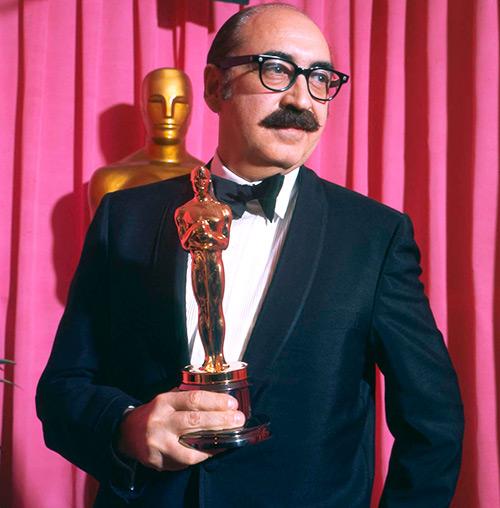 """Saul Bass con el Óscar que le otorgaron por el documental """"Why Man Creates"""""""