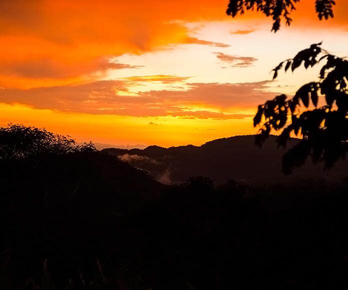 puesta de sol en las montañas de Costa Rica