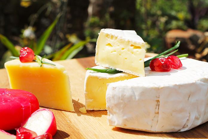 Mesa con variedad de quesos