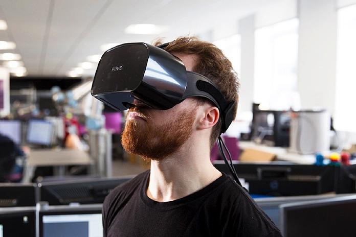 Hombre utilizando gafas de realidad virtual