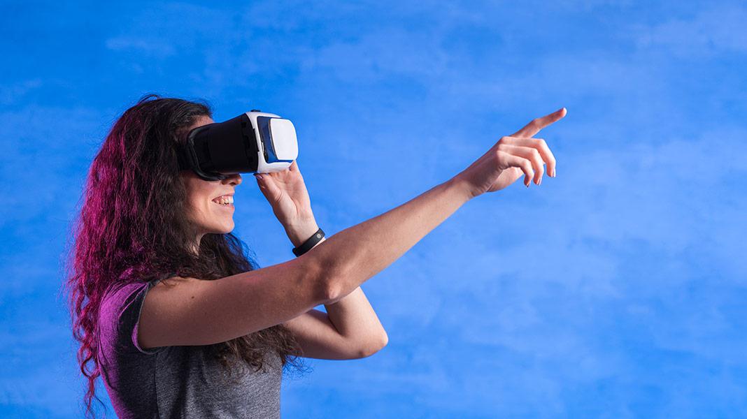 mujer disfrutando de una sesión de realidad virtual...
