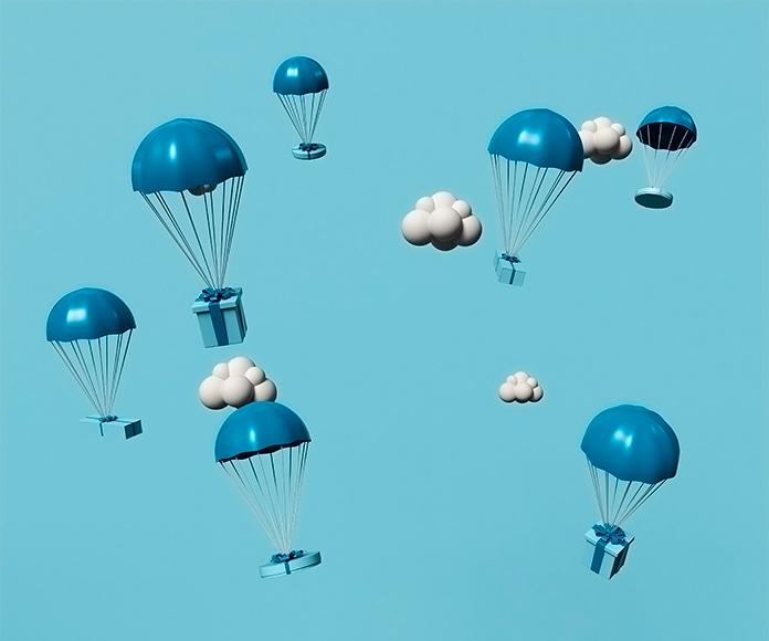 paquetes de regalos cayendo desde en cielo en paracaídas