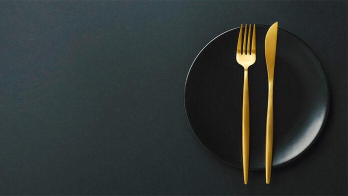 plato y cubiertos de oro