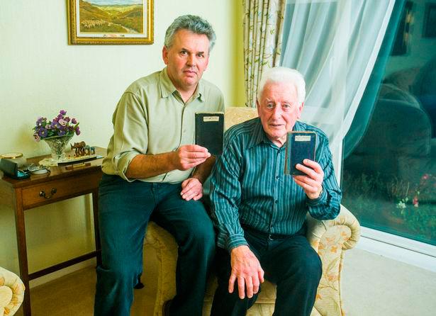 Richard Anderton junto a su sobrino mostrando los blocs de notas con las anotaciones sobre el vuelo de Miller