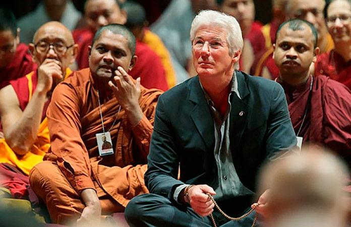 Richard Gere en una oración ante el Dalai Lama