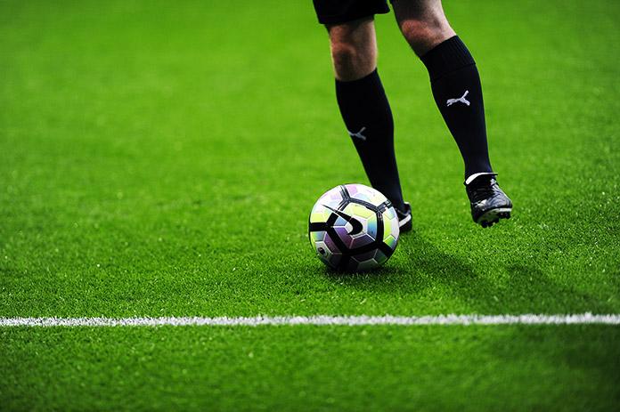 Rodillas de un futbolista en el campo