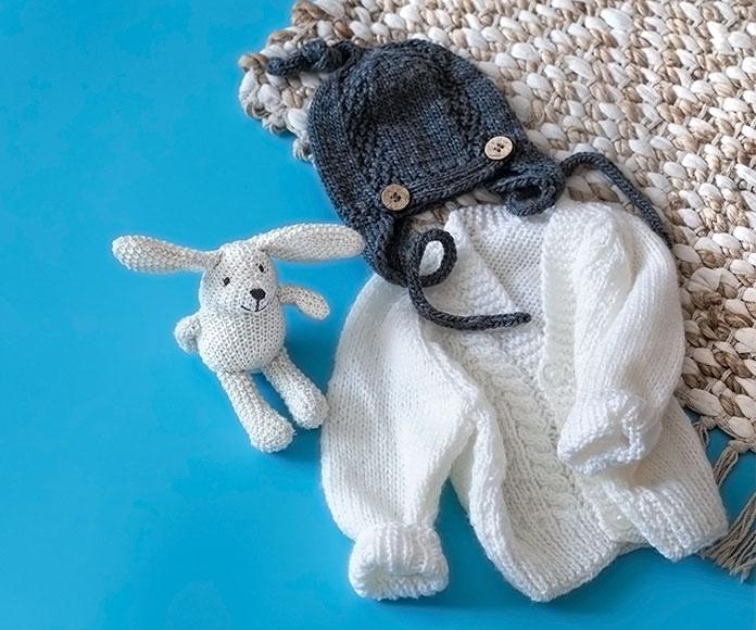 ropa de bebé de invierno sobre una alfombra